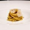 Spaghettoni, fiori di zucca, parmigiano: la pasta è trafilata al bronzo, i fiori di zucca in crema, il parmigiano ha 36 mesi di stagionatura. Spiccata acidità, un primo piatto che non ti aspetti