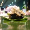 Maialino da latte coperto di foglie disidratate con foglie di pane aromatizzato agli spinaci