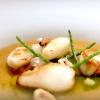...con Calamaretti in brodo, mela verde e salicornia