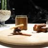 Piacevoli sensazioni di rum e tabacco: il dessert-signature dello chef ha 18 anni, ha subito diverse variazioni, è straordinario. Créme brulée al ginepro, gel di rum, infusione di tabacco dolce da pipa alla vaniglia, sigaro alla ricotta affumicata, biscotto di cioccolato e pepe, sorbetto al cacao