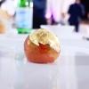 Pomod'oro, omaggio all'artista Arnaldo Pomodoro:pomodoro nella sua essenza, cremoso di burrata, acqua profumata al rhum agricolo. Un po' troppo sapido