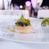 Foie gras, gado gado. Il gado gado èuncontorno tipico della cucina indonesiana a base di verdure e salsa di arachidi
