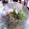 Serra: in una bolla di isomalto al'aceto «metto tutto quello che cresce nella mia serra: fiori, verdure, erbe...». Ci sono anche polvere di peperone, sesamo, albicocca, limone alla marocchina, kumquat, spilanthes, croccante di semi di girasole e di burro salato, vinaigrette all'olio di mandorla... «E' la mia versione dell'insalata, ogni chef ormai ne propone una». La sua, appena ideata, è estrema: dolce e acido sparano forte