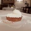 Lemon pie: tartelletta alla crema di limone fiammeggiata, ciuffetti di panna, meringa bruciata e gelato alla meringa