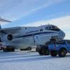 Lo stesso aereo dell'andata ha riportato in Sud Africa l'allegra compagnia di bisbocce. Notare bene come laggiù sarà anche estate ma i velivoli atterrano e decollano sulla neve e le persone sono vestite con estrema attenzione.