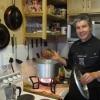 Sempre lui, Giorgio Nava. Qui lo chef e patron del 95 Keerom Restaurant a Città del Capo sta preparando una zuppa di pesce fresco, in mano un granchio.