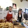 Giuseppe Indorato,dell'aziendaNero Maialinodi Adrano (Ct), prepara le sue prelibatezze. Tutte le foto sono di Salvo Mancuso