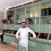 Morelli vicino alla chef's table in cucina, con credenza d'antan