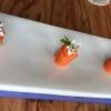 Il menu degustazione Carte Blanche del Mirazur si apre con 8 piccoli assaggi che si possono gustare al piano inferiore, quello della cucina. Assaggio #1:Carotacotta nella calce viva consucco di carota e coriandolo
