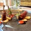 Piccione marinato alla soia, sedano rapa e chutney di pomodoro. La coscia viene macinata, ricostruita e fritta coi corn flakes; i fegatini sono in sandwich. I secondi piatti ci hanno convinto meno del resto