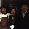 Al centro, Vivian Han, patron del ristorante Congdu, uno dei più quotati in città, il posto ideale esperire la doppia anima della cucina coreana, tra la tradizione e una avanguardia moderata. Con lei si riconoscono lo chef Hwan Eui Leee Chris Kwon, regista di sala(foto David Rosengarten)