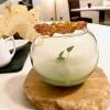 Inizia il degustazione con un piatto di alto livello: Ostrica, cetriolo e tuorlo affumicato. Il cetriolo è in zuppetta, il tuorlo affumicato su una cialda soffiata di brodo