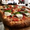 La pizza alla pala – versione basic della Margherita con pomodorini freschi e mozzarella di bufala a crudo – diRibaltaa New York, il locale diRosario ProcinoePasquale Cozzolino