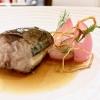 Sgombro e cipolla, altro grandissimo piatto, pieno, elegante. Lo sgombro èarrostito, accompagnato da brodetto di cipolla bruciata, poi cipolla disidratata e cipolla caramellata