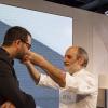 Corrado Assenza fa sentire al presentatore Niccolò Vecchia il profumo di zafferano dei suoi tagliolini