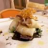 Calamaro all'aglio fermentato con chips di sedano rapa. Notevole l'uso delle erbe: timo, maggiorana...