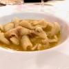 Zichi di Bonorva cotto nel brododi pecoracon carne di pecora, «un piatto 100% tradizione», e buonissimo. Lo Zichi è un tipico pane sardo originario di Bonorva, nella Sardegna settentrionale.