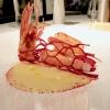 Gambero rosso nella sua nassa: la finta nassa è fatta di patate aromatizzate con la barbabietola, la salsa di pane e zenzero in agrodolce, poi estratto di carota, colatura di alici e habanero. Altro must