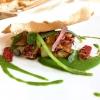 Una rivisitazione azzeccatissima del polpo alla pantesca: Polpo arrosto, salsa di asparagi di mare, fagiolini, patate, cipolle, chips di fagioli e lauro