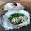 Giga Oyster, un'enorme ostrica del Pacifico, cotta rapidamente al vapore e guarnita con pickles. Il Noma ne ha prenotate solo mille. In carta fino a esaurimento scorte
