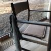 """Una nota sulle sedie: hanno un taglio più minimal, non sono più foderate di pelle di pecora o altri animali danesi, alla maniera del Noma 1.0. Ma l'aspetto più importante è legato al tovagliolo: se ti alzi per andare in bagno, al ritorno non ne trovi uno nuovo pulito e piegato;c'è sempre quello di prima, agganciato da un laccio alla spalla della sedia. """"Si chiama sostenibilità"""", spiegano"""