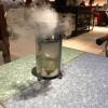 La preparazione al tavolo del Sidra casera ahumada al momento, un sidro di mele istantaneo: si versa sul ghiaccio secco una mistura di liquore e succo di mela e si lascia agire