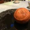 Panchino relleno de caviar beluga: uno dei piatti signature del Disfrutar. Si prepara una pasta per brioche con molta acqua e lievito. Viene collocata in un sifone e si ottiene una schiuma. Quindisi riempie il fondo di uno stampo circolare con questa schiuma, si aggiunge il caviale e unacrema doppia panna, quindi ancora schiuma per coprire il tutto. Si immerge in una padella con olio a 180 gradi per 20 secondi. Ovviamente il caviale può essere sostituito daformaggi, tonno, sorbetti...