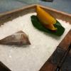 Candy salado de nueces con mango, haba tonka y whisky: la bustina commestibile contiene caramello salato e noci, quindi il mango crudo e il profumo del whisky affumicato