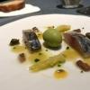 La Gilda del Disfrutar. La gilda è il classico pincho che si serve nei Paesi Baschi, a base di olive e acciughe. Qui abbiamo lecelebri false olive di Adrià, croccanti fuori (burro di cacao) e liquide all'interno. Poi sgombro marinato, semi di pepe basco ela loro crema