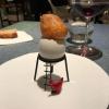 Yema de huevo crujiente con gelatina caliente de setas: una crema d'uovo in tempura, croccante fuori e liquida dentro, sopra un gel di funghi racchiuso nel guscio dell'uovo stesso. «Per noi è un classico - ci dicono - Ma sempre molto difficile da gestire»