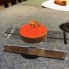 ...accompagnata da Polvorón de tomate y caviaroli de arbequina. Il polvorón è un classico dolce spagnolo di Natale, molto friabile, in genere fatto di farina, zucchero, latte e mandorle. Qui è di pomodoro e accompagnato da caviaroli di olivaarbequina: il Caviaroli è di una ditta catalana che sferifica varie tipologie di olio evo, anche aromatizzato, ce n'è anche una a base di tartufo Tartuflanghe