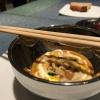 """Tre piatti che raccontano il suquet, tipica salsa a base di pesce. Qui Noodles deespardeñas(le rare """"lingue di mare"""", in tassonomiastichopus regalis) en suquet"""