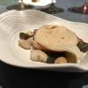 Laksa de pichón. La laksa èuna popolare zuppa di Singapore, speziata, con cocco, lime e citronella. Qui ccon riduzione di piccione efideuà