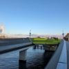 IlNoma 2.0 è a Christianshavn, lo stesso quartieredel primoNoma. Vecchio e nuovo sono divisi da1,5 km,unquarto d'ora a piedi. Questo scattofotografa la distanza: a destra c'è il magazzino della vecchia sede (indirizzo Strandgade 93), a sinistra le ciminiere dell'avveniristico inceneritore Amager Bakke, sotto cui sorge ilnuovo Noma(indirizzoRefshalevej 96)