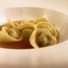 Bottoni: pasta ripiena con seppie, salsa al nero e seppia, patate, succo di broccoli e kefir