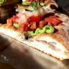 La pizza con crema di zucchine, dadolata di pomodoro e gamberi crudi diMassimo Giovanniniall'Apogeodi Pietrasanta