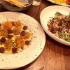 A sinistra, le Biete dorate con uva marinata, olio d'oliva e lime, uno dei piatti più convincenti diCJ Jacobson, chef californiano del neonatoĒma di Chicago, un luogo molto piacevole per consumare piatti in sharing dal tocco mediterraneo-medioriental-californiano