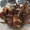 A Winter Platter. Un piatto da portata d'inverno. Confusi tra le foglie, si nascondo solo quattro assaggi commestibili