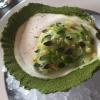 """Cooked oyster and broccoli stems. Ostrica cotta e gambi di broccolo. L'ostrica è sbollentata per due minuti e poi poggiata su un guscio orlato con polvere di salicornia. Tra i broccoli e l'ostrica compaiono gambi di acetosella tagliati a brunoise. C'è una riduzione con alga kelp, montata col burro, foglie di timo e """"capperi"""" di ribes bianco (tra virgolette perché preservati per un anno al 2% di sale, tipo cappero). La salsa dell'ostrica è fatta con dell'uva spina bianca. Un'opera d'arte ma il meno convincente tra gli assaggi"""