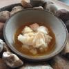 In questo caso, il king crab è cotto a vapore e condito con sale affumicato. La salsa è di tuorli d'uovo marinati nel garum di manzo, espediente che conferisce un'importante spinta acida all'insieme. Alla fine, è condito con burro mixato a piso. Un piatto interessante per la profondità