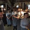 Il tradizionale benvenuto del Noma: i cuochi della cucina di servizio che salutano i clienti. Al centro, l'italiano Riccardo Canella, che ci aiuterà nella descrizione dei dettagli dell'ultimo menu (le foto della fotogallery sono di Davide Enia,Luca Iaccarino eGabriele Zanatta)