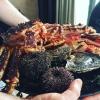 E' un piatto con crostacei e conchiglie tra cui un enorme king crab ancora vivo, ricci di mare eostriche