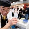 Kai  Durante tutto il congresso allo spazio espositivo di Coltelleria Kai abbiamo fatto un viaggio in Oriente con sfilettature del pesce con tecnica giapponese, decorazioni con verdure e confezionamenti di sushi e sashimi