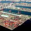 La fama di Kobe accrebbe nel 1868 quando venne aperto il porto, che oggi dialoga con 500 altri porti di 130 paesi nel mondo. È una tappa popolare per le navi da crociera. Kobe è un centro importante per le industrie pesanti e l'acciaio: tra le altre, Kawasaki, Mitsubishi e Toshiba (foto seanews)