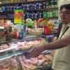 Fabio Barbaglini fa la spesa al mercato Morsenchio per l'iniziativa Cuoco sociale