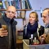 Franco Pepe cattura con il telefonino l'attenzione di Sarah Minnick e Paolo Marchi. Foto di Luciano Furia