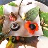 Senza parole, così siamo rimasti davanti a questi quattro frutti di fine stagione: in basso a destra (e poi in senso orario) una prugna avvolta in una pellicola naturale, nocciola fresca immersa in olio di nocciola, rosa canina ripiena di frutti di bosco e un fiore di nasturzio farcito con un ribes bacca nera