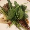 Orecchio di maiale alla brace, crema di radici di soncino, talli d'aglio, foglie di senape