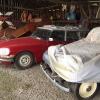 Sotto una tettoia della Ayers Creek Farm, a Gaston In Oregon, il padrone di casa, Anthony Boutard, ha sistemato due incredibili modelli Citroën che per davvero hanno fatto la storia dell'automobile: una DS famigliare (a sinistra) e, addirittura, una Traction Avant