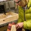 Carol Boutard sfoglia il manuale da loro curato sul mais